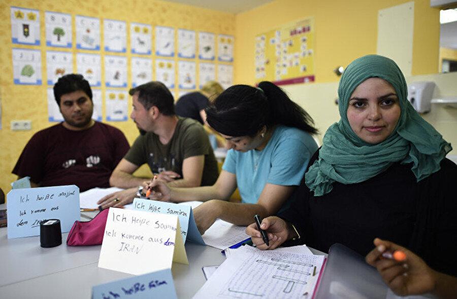 Berlin'in Gatow bölgesinde mültecilere yardım sağlayan geçici bir evde Almanca kursuna katılan mülteciler.