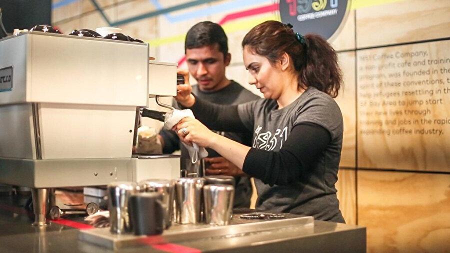 Belli bir eğitimin ardından mültecilere iş imkanı sağlayan bir kahve zinciri.
