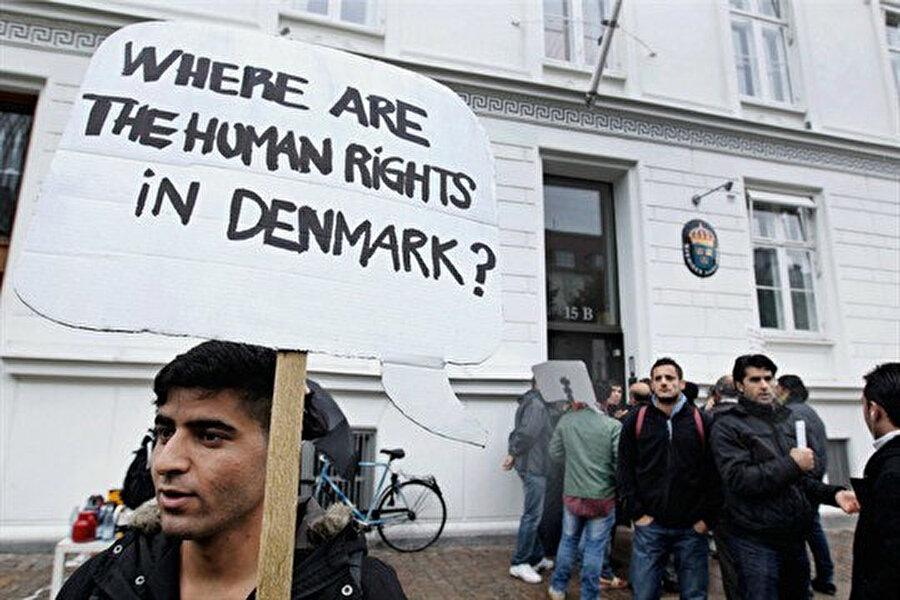 """26 Eylül 2012 tarihinde Suriyeli sığınmacılar, Kopenhag, Danimarka Büyükelçiliği dışında """"Danimarka'da insan hakları nerede?"""" yazan pankartlar taşıyor."""