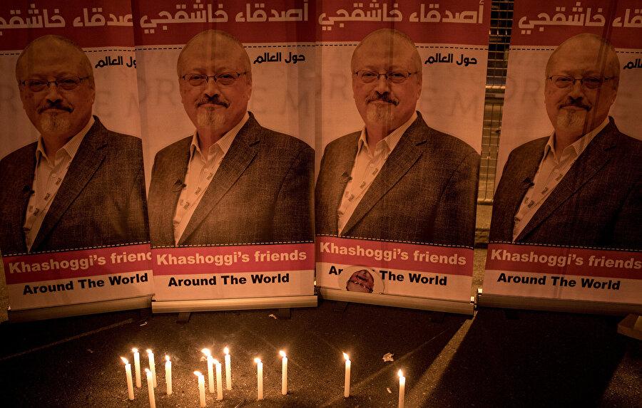 25 Ekim 2018'de İstanbul'da Suudi Arabistan Konsolosluğu dışındaki bir nöbet sırasında Cemal Kaşıkçı'nın posterleri.