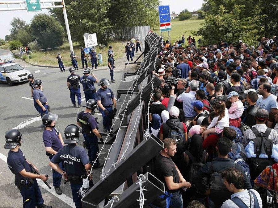 Macaristan sınırında toplanan mülteciler, Macar polisinin barikatlarıyla karşı karşıya.