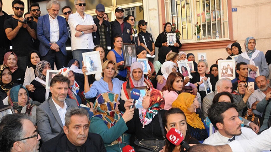 Sanatçılar, Diyarbakır'da nöbet tutan annelere destek verdi