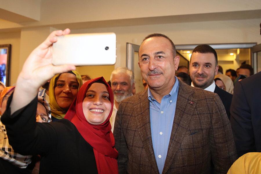 AK Parti il teşkilatı ile buluşmak üzere Yalova'ya gelen Dışişleri Bakanı Mevlüt Çavuşoğlu, Yalova'ya özgü sabun çiçekleri ile karşılandı.