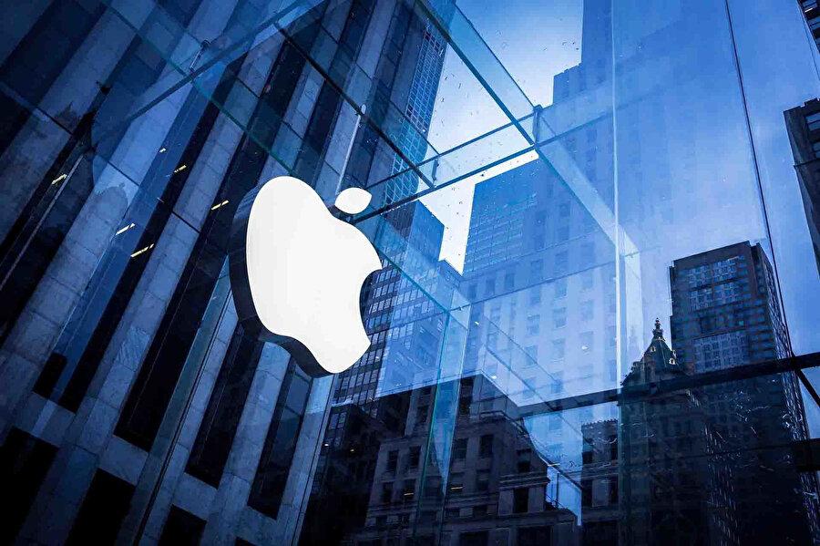 Apple, tarihin 1 trilyon dolarlık ilk şirketi konumunda yer alıyor.