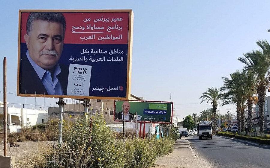 İsrail'de bir Arap kasabası olan Tira'da ana yollarda seçim kampanyasına dair afişler.