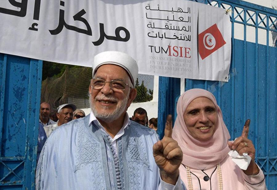 Nahda Hareketi'nin adayı Abdulfettah Moro ve karısı oy kullandıktan sonra mürekkebe batırdıkları parmaklarını gazetecilere gösteriyor.