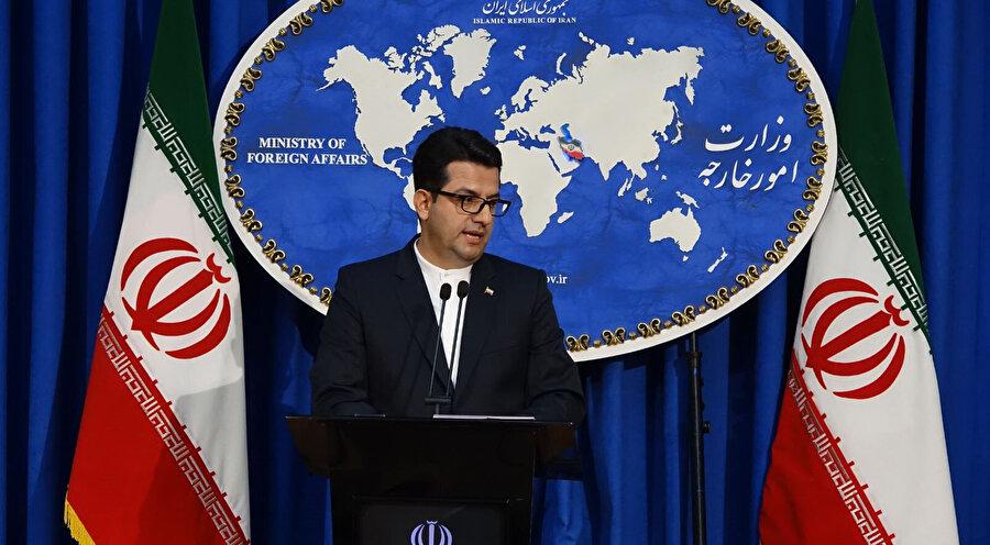 İran Dışişleri Bakanlığı Sözcü Abbas Musevi, açıklama yaptığı sırada görünüyor.