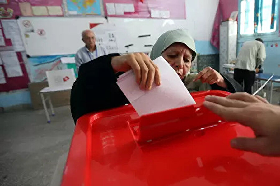 Tunus'ta gençler seçimlerden ümidi kesti. Seçime katılanların yaş ortalamasının yüksek olduğu görüldü.