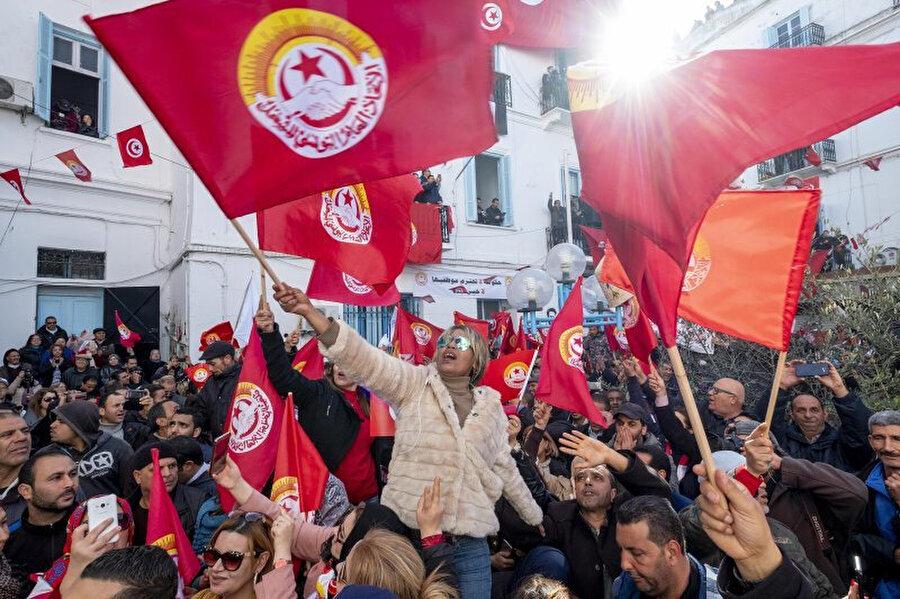 Tunus'ta bu yılın başında ücretlerinin artmasını isteyen kamu görevlilerinin protesto gösterileri.