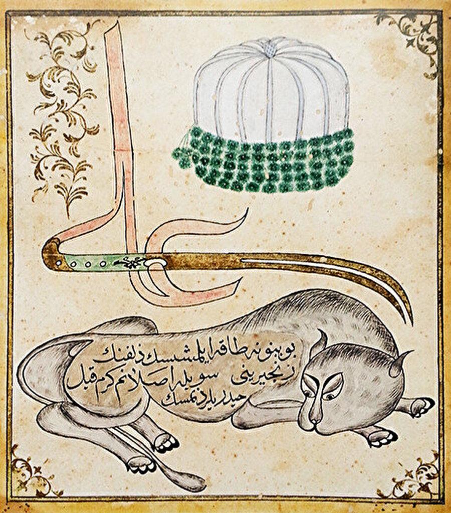 """Bektaşi Tarikatının sembollerini gösteren tablo, Türkiye, 1826 öncesi. Bu resimde üç önemli Bektaşi sembolü birlikte görülür; parlak keçeden yapılan derviş takkesi, Ali ve aslan Allah'ın aslanı (Türkçede iç içe geçmiş iki kullanımı olan ifade) aynı zamanda Hz. Muhammed'in amcasının oğlu ve damadı olan Hz Ali'yi temsil eder. Bektaşi tekkesindeki bu tablo tipik bir Bektaşi görselidir. Ali isminin son harfi, çift uçlu kılıç şeklinde uzatılmış, aslan figürü de yerde uzanıyor. Aslan, Farsça da Haydar, Hz. Ali'nin gücünü ve dirayetini temsil eder. Hz. Ali dört halifenin sonuncusu ve Şiilerin ilk imamı kabul edilir. Görseldeki Arap alfabesiyle yazılan Türkçe ifade de ise; """"Boynuna tâk eylemişsin zülfünün zincirini, söyle aslanım kerem kıl haydarîlerden misin"""" yazılıdır."""
