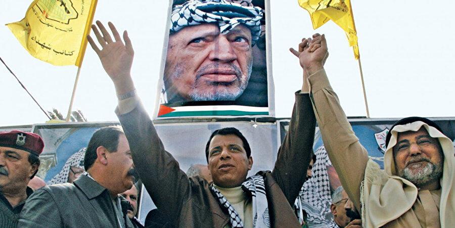 Muhammed Dahlan'ın (ortada) 2006'da Gazze'deki gösteriler sırasında çekilmiş bir fotoğrafı.