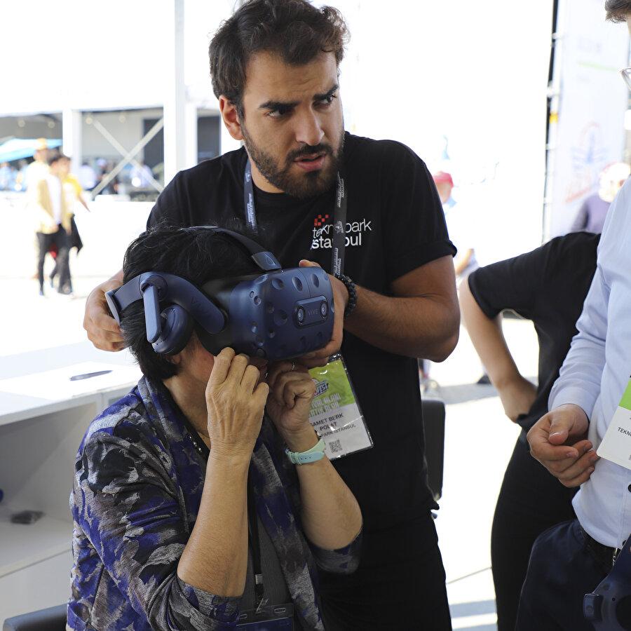Prof. Dr. Banu Onaral, Nu. D36 uçağının sanal gerçeklik (VR) simülasyonunu deneyimledi.