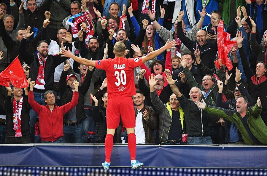 2000 doğumlu futbolcu gol sevincinde tribünleri selamlıyor.