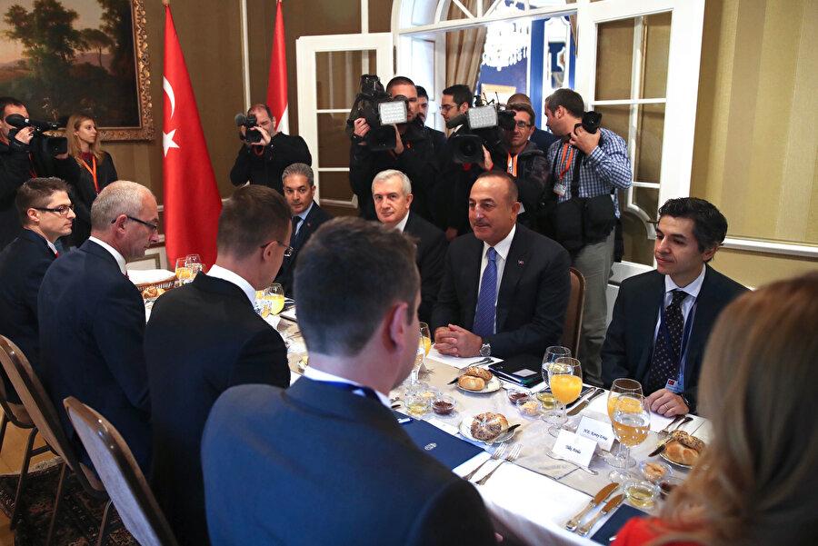 Bakan Çavuşoğlu, Budapeşte'de çalışma yemeğine katıldı.