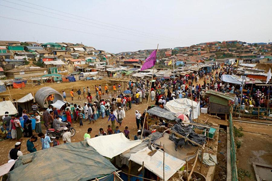 Tedirginliğin hakim olduğu Cox's Bazar mülteci kampında bir pazar yeri.