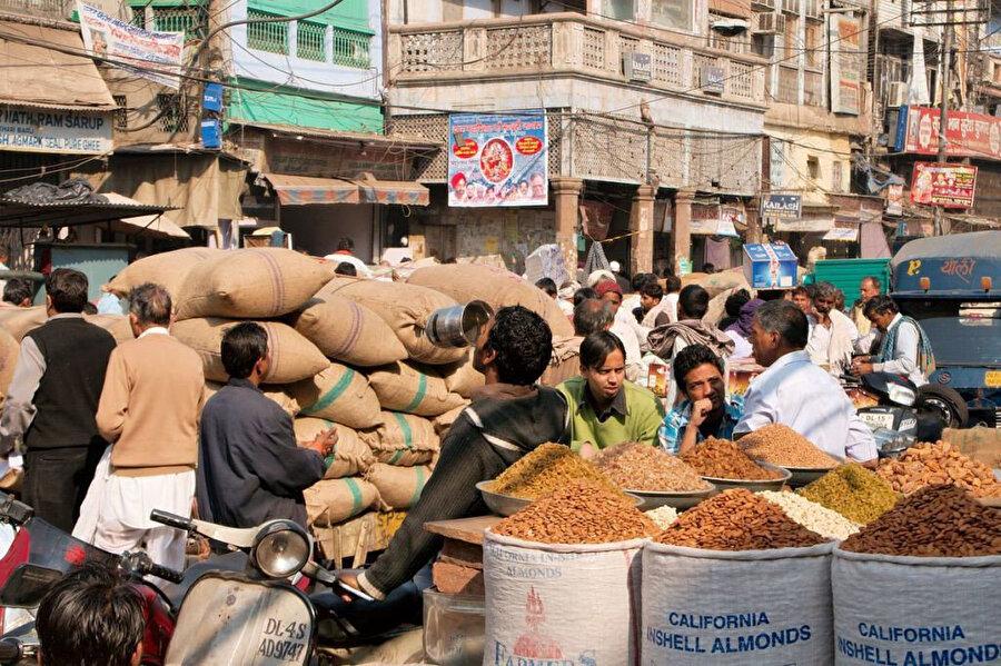Khari Baoli'nin mozaiğini oluşturan hamallar, dükkan sahipleri ve müşteriler...