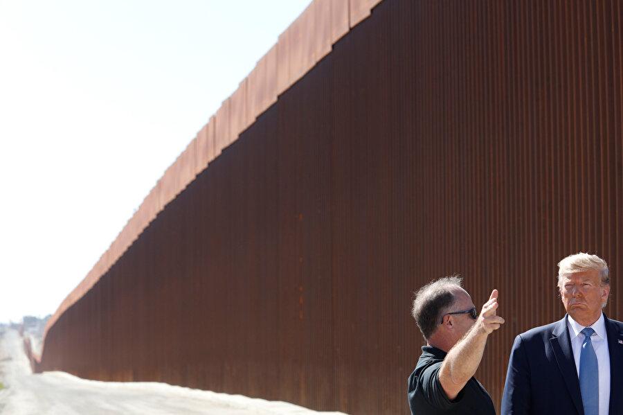 Donald Trump, Meksika sınırına inşa edilen sınır duvarında incelemelerde bulundu.