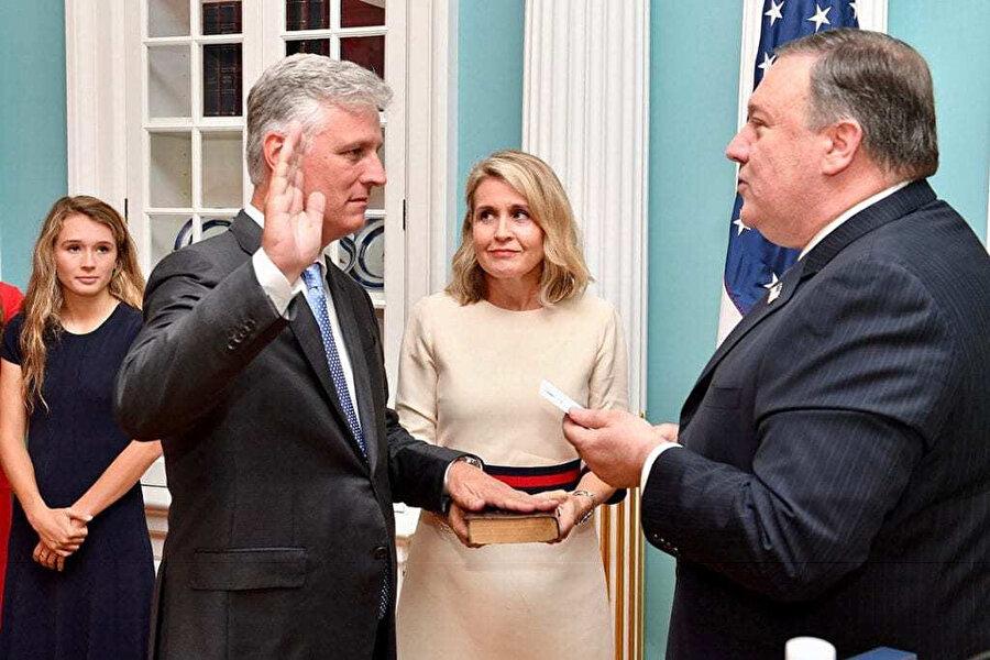 Bir dönem Rehine İşleri Özel Başkan Elçisi olarak görev yapan Robert C. O'Brien' 17 Temmuz 2018 tarihinde yemin töreninde görünüyor.
