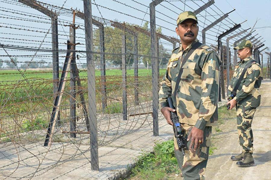 Hindistan Sınır Güvenlik Güçleri, Hindistan-Pakistan sınırında devriye geziyor.