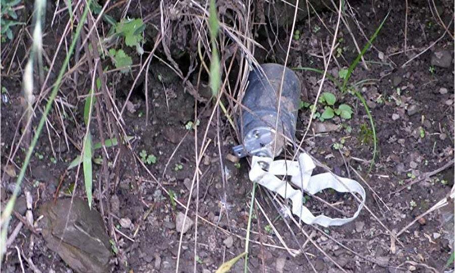 Hindistan sınır birlikleri tarafından ateşlenen patlamamış bir bomba.
