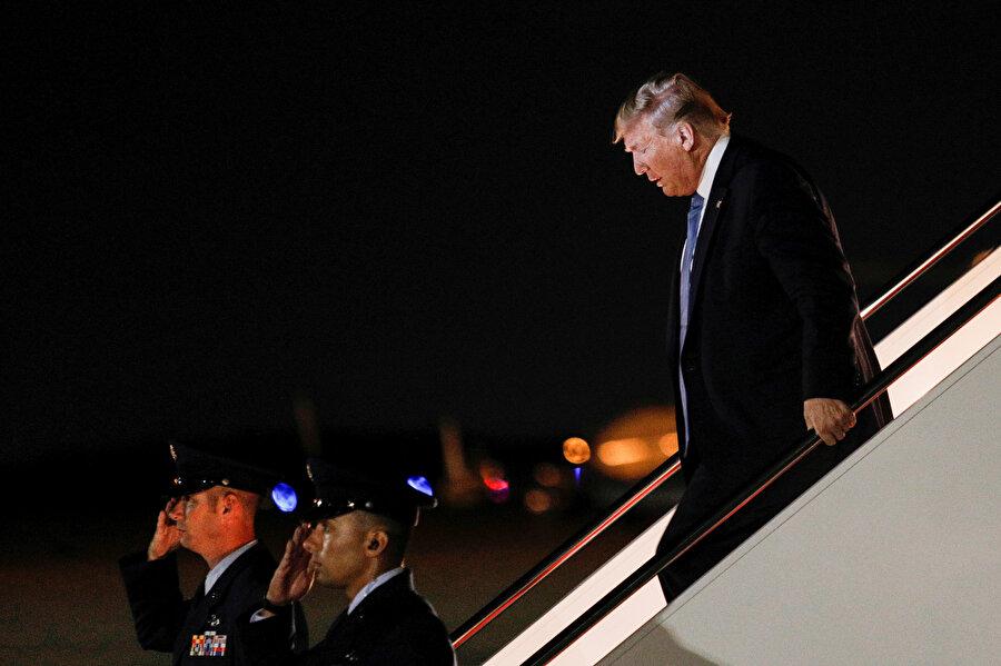 ABD Başkanı Donald Trump uçaktan inerken görünüyor.