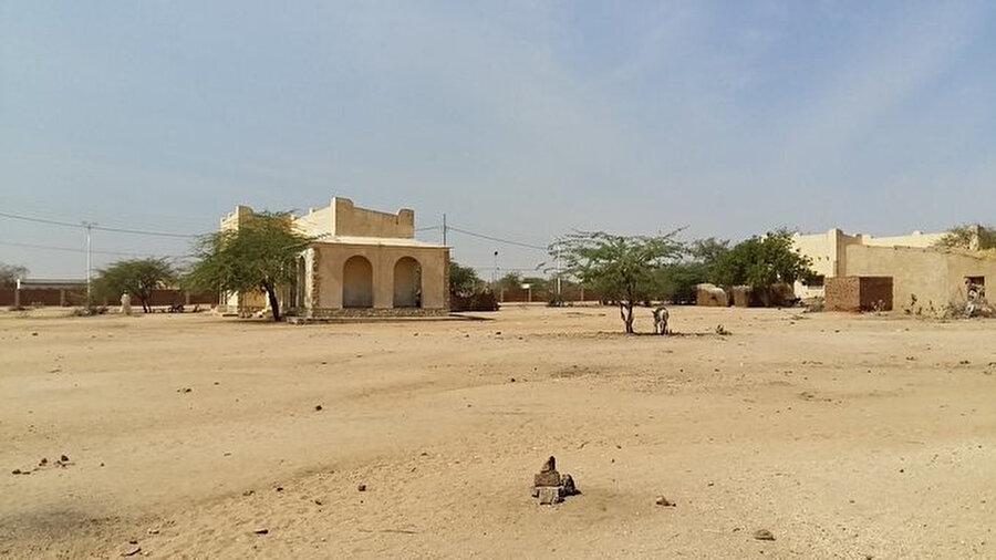 1800'lü yıllarda Fransız sömürgesi öncesinde Abeşe'de yaşayan Çadlılar Osmanlı Devleti ile yazışmak için bu binayı kullanırmış.