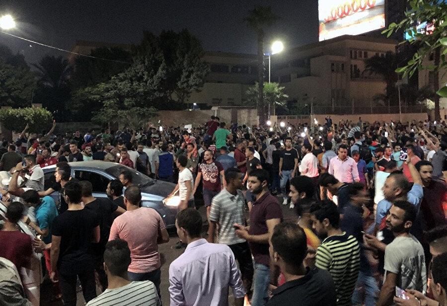 Mısır halkı sokaklarda görünüyor.