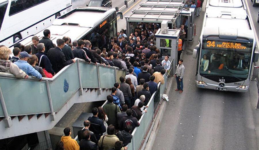 Festival alanına ulaşmaya çalışan bilerce vatandaşın toplu ulaşımı tercih etmesi sebebiyle metro ve metrobüs seferlerinde yoğunluk yaşandı.