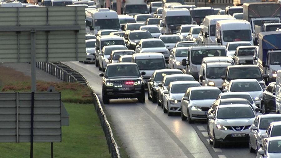 Sıkışık trafikte 'çakar lamba' kullanan bir araç böyle görüntülendi.