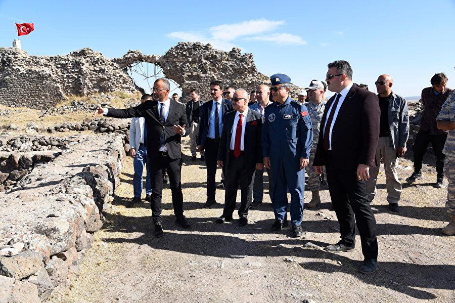 Eskişehir Valisi Özdemir Çakacak ve Muharip Hava Kuvveti Komutanı Hava Orgeneral Atilla Gülan, kaledeki çalışmaları inceledi