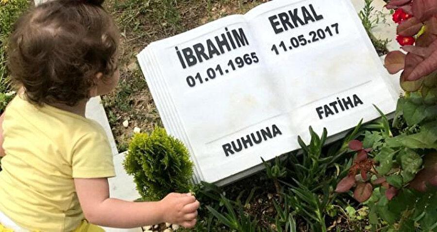 İbrahim Erkal'ın kızı, Elifsu Erkal babasının mezarlığında