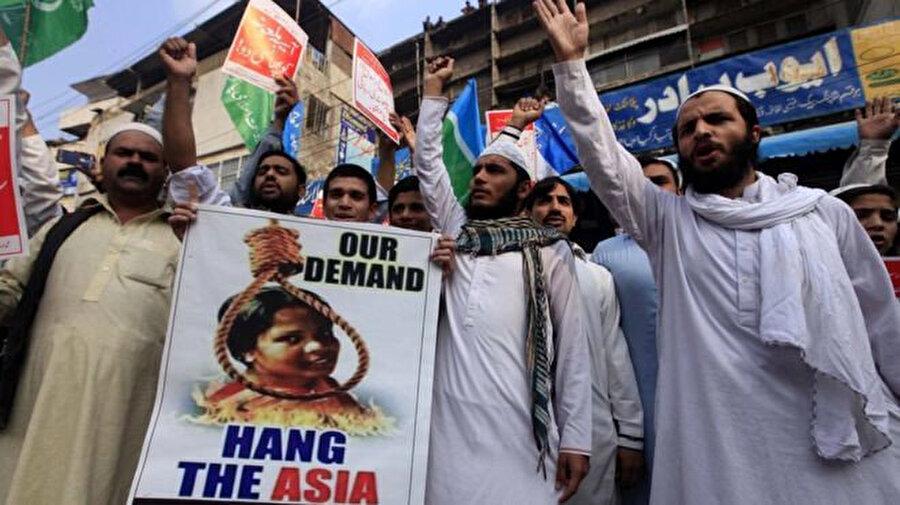 Asya Bibi'nin beraatinden sonra Bibi'nin idamını isteyen TLP taraftarları.