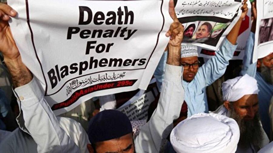 Kafirlere idam cezası isteyen TLP destekçileri.