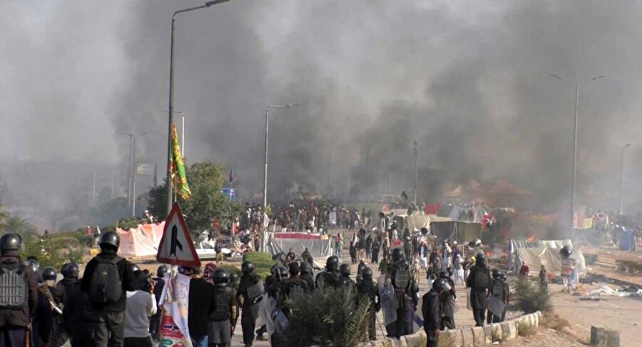 Zahid Hamid'in istifasını isteyen protestocular zamanla şiddet eylemlerine başvurmaya başladı.