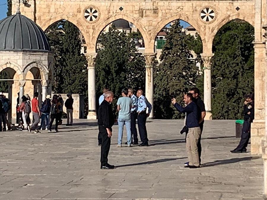 Likud Partisi Milletvekili Avi Dichter, fotoğraf çektirirken görülüyor.