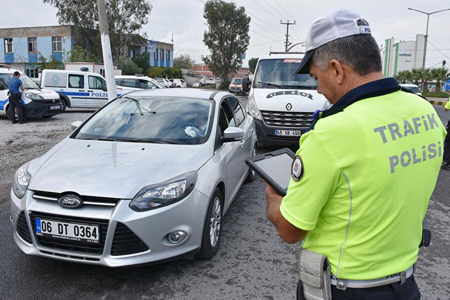 Polis, kural ihlali yapanlara ceza kesti -AA