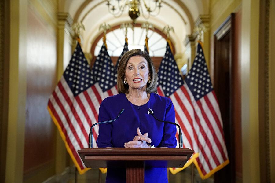 ABD Temsilciler Meclisi Başkanı Nancy Pelosi konuşma yaptığı sırada görünüyor.