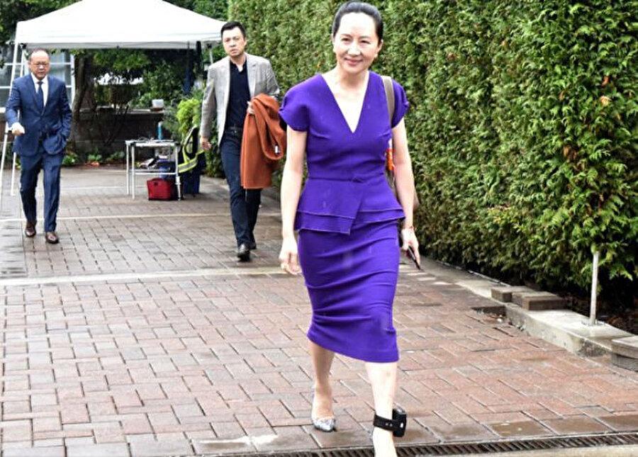 Wanzhou basın mensuplarını görünce gülümseyerek selam verdi.