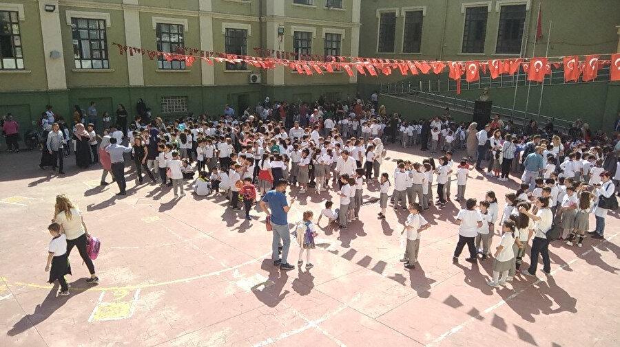 Deprem nedeniyle okullar tatil edildi.