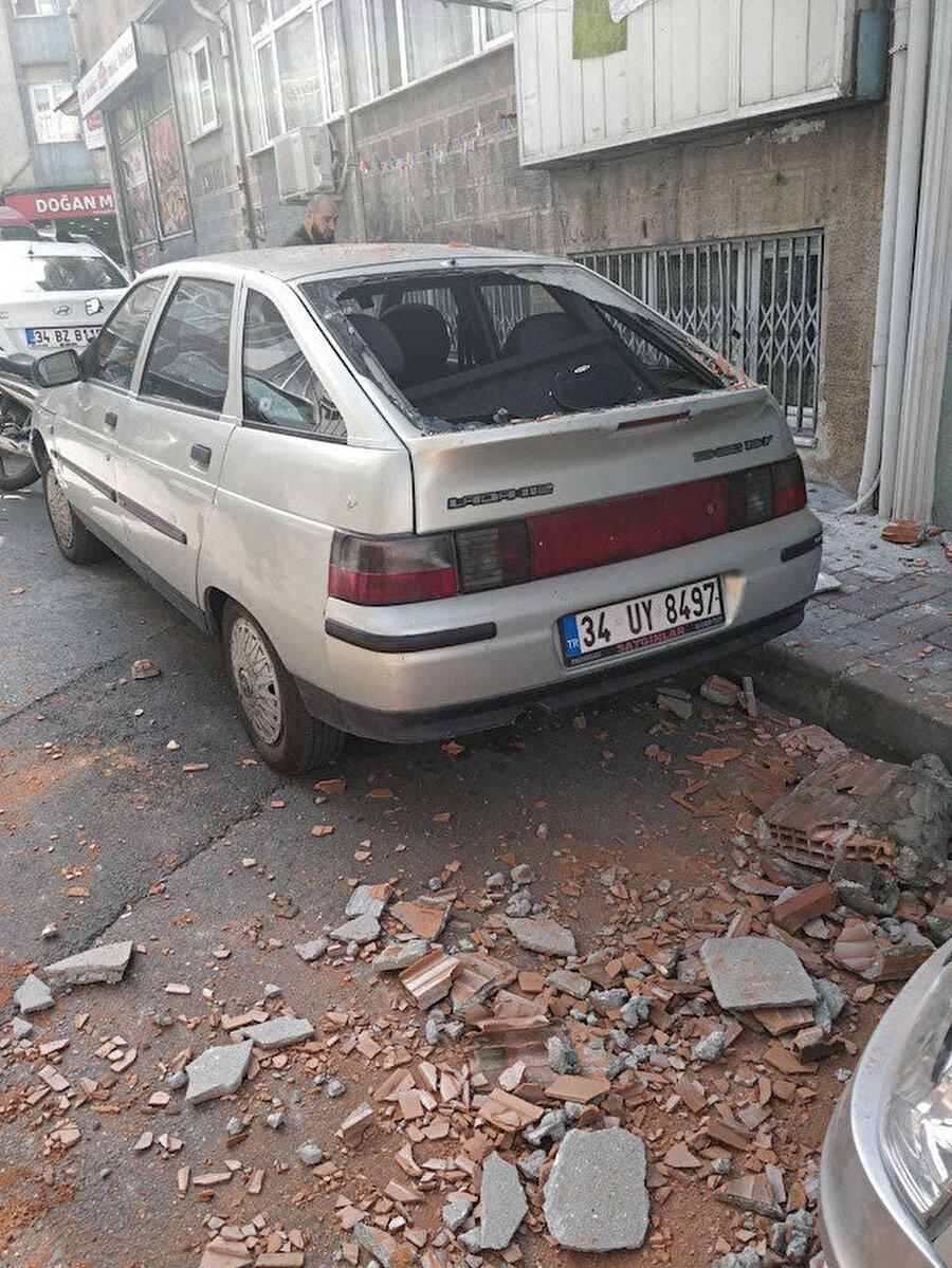 Binalardan tuğla parçaları düştü.