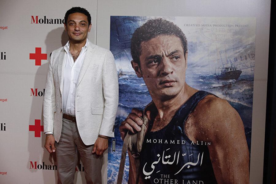 """Yapımcı ve aktör Muhammed Ali, Akdeniz'de yaşanan yasa dışı göçmenlerin trajedisine konu alan istisnai bir film olan """"The Other Land""""i tanıtıyor."""