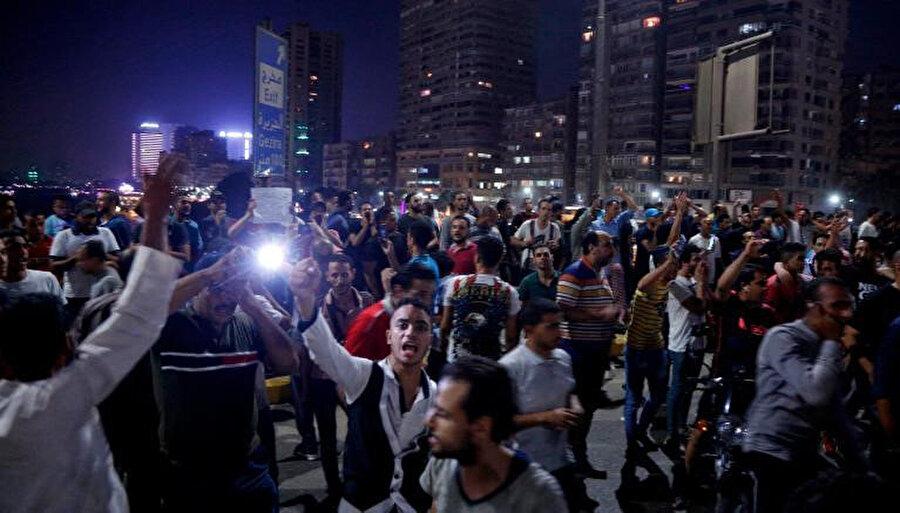 Sisi'nin gitmesini isteyen göstericiler Kahire'de meydanları doldurdu.