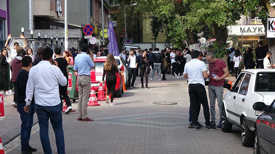 Vatandaşlar sokaklara akın etti.