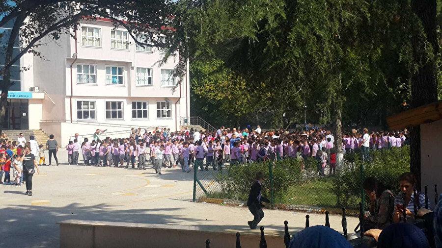 Öğrenciler okul bahçelerine çıkarıldı.