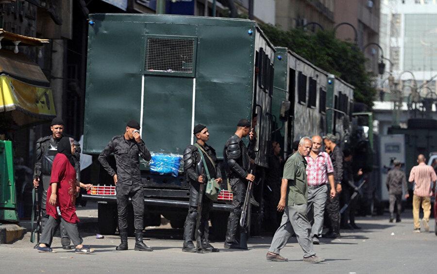 Mısır polisi, Kahire'de sıkı güvenlik önlemleri aldı.