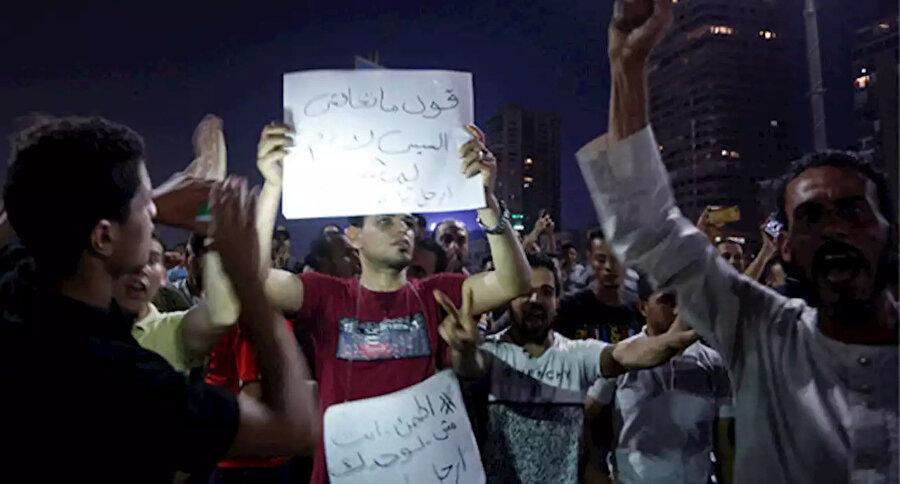 Cuma günü düzenlenen gösterilerde Sisi'yi hedef alan pankartlar taşındı.