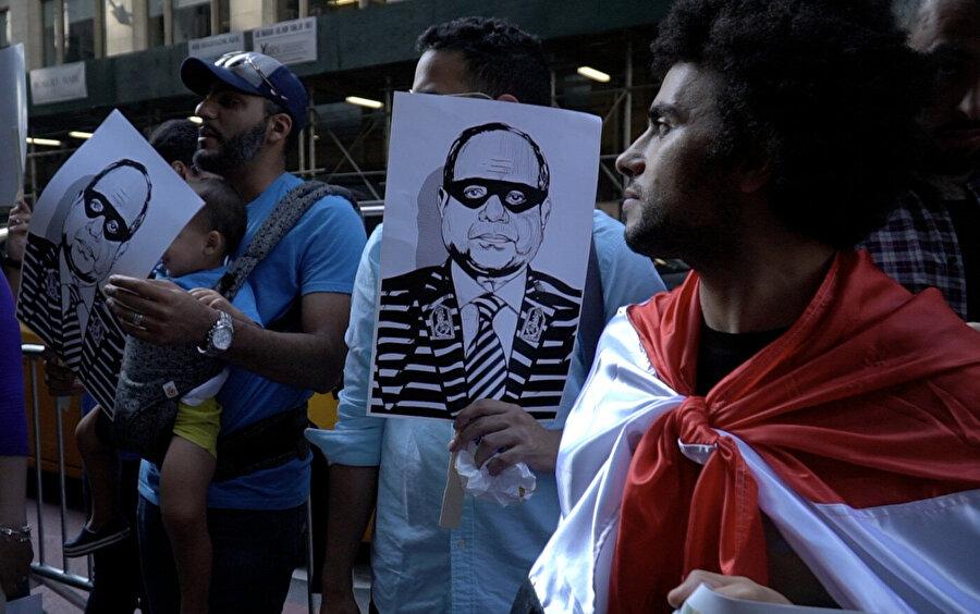 İnternet'te yayınlanan görüntülerde ve tanık ifadelerinde Mısır polisinin protestoculara sert müdahalede bulunduğu görüldü.