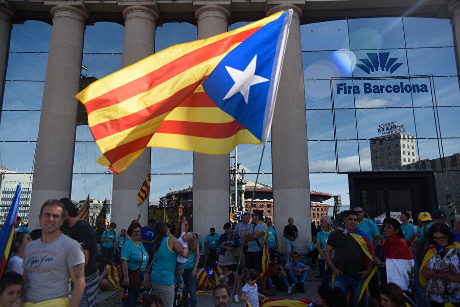 Katalonya bayrağı göstericilerin elinde görünüyor.