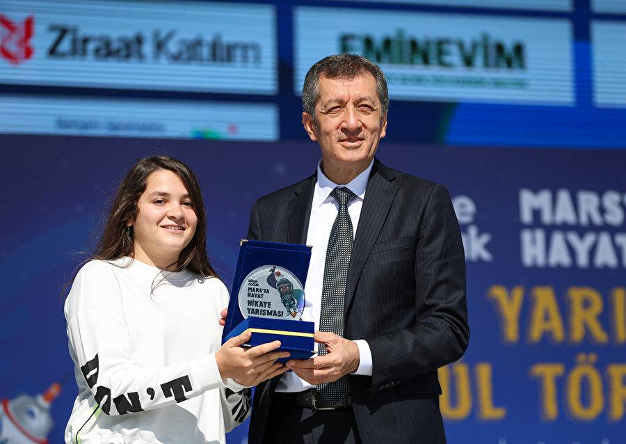Bakan Milli Eğitim Bakanı Ziya Selçuk, yarışmada dereceye giren öğrencilere ödüllerini verdi.