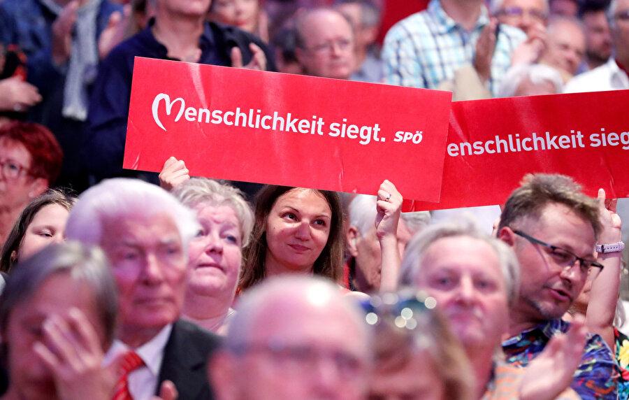 Elinde pankart tutan bir Avusturyalı